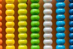 Bunter Perlen-Abakus für grundlegendes Zählungsmathe lizenzfreies stockfoto
