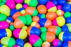 Bunter Plastik ärgert die Spielwaren, die auf das Wasser schwimmen Lizenzfreie Stockfotos