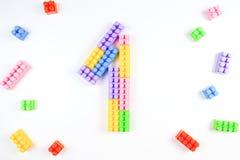 Bunter Plastik blockiert die Formung des Nummer Eins auf weißem Hintergrund Lizenzfreie Stockfotografie