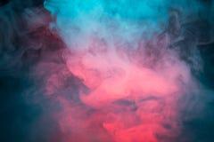 Bunter Rauch auf einem schwarzen Hintergrund Stockbilder