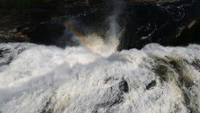 Bunter Regenbogen im Wasserfall-Nebel stock video footage