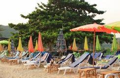 Bunter Regenschirm auf dem Strand lizenzfreie stockfotos