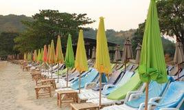 Bunter Regenschirm auf dem Strand stockfotografie