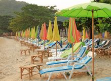 Bunter Regenschirm auf dem Strand stockfoto