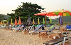 Bunter Regenschirm auf dem Strand lizenzfreies stockfoto