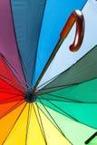 Bunter Regenschirm mit Griff Stockfotos