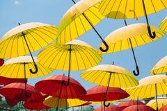 Bunter Regenschirmhintergrund, bunte Regenschirme im Himmel Stockbild