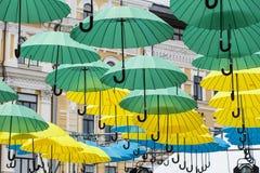Bunter Regenschirmhintergrund, bunte Regenschirme im Himmel Stockfotografie