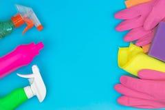 Bunter Reinigungssatz f?r verschiedene Oberfl?chen in der K?che, im Badezimmer und in anderen R?umen lizenzfreies stockfoto