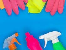 Bunter Reinigungssatz f?r verschiedene Oberfl?chen in der K?che, im Badezimmer und in anderen R?umen lizenzfreies stockbild