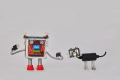Bunter Roboter und machanical Charakter der schwarzen Katze Lustige elektrische Komponentenspielwaren auf grauem Hintergrund Kopi Stockbild