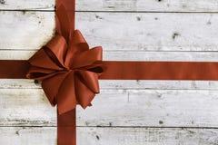 Bunter roter Weihnachtsbogen lizenzfreie stockbilder