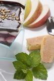 Bunter süßer sahniger Kuchen auf der Platte verziert mit Minze und Stockbilder