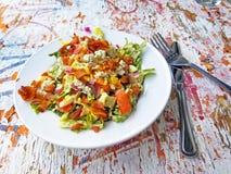 Bunter Salat auf Weinlese-Holztisch lizenzfreie stockbilder