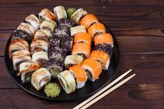 Bunter Satz japanisches Sushi maki rollt mit Lachsen, Aal und c Stockfotos