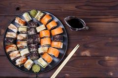 Bunter Satz japanisches Sushi maki rollt mit Lachsen, Aal und c Lizenzfreie Stockbilder