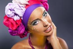 Bunter Schal. Hübsches helles Frauengesicht - bilden Sie Stockbild