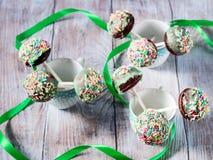 Bunter Schokoladenkuchen knallt in den Schalen Stockfotografie