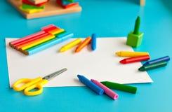 Bunter Schulbedarf für das Zeichnen Stockbild