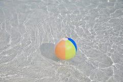 Bunter sich hin- und herbewegender Swimmingpoolball Lizenzfreies Stockfoto