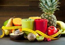 Bunter Smoothie, gesunde Detoxvitamindiät oder Konzept des strengen Vegetariers Nahrungsmittel, frische Vitamine, Frühstücksgeträ lizenzfreies stockfoto