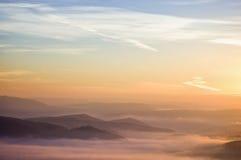 Bunter Sommermorgen mit goldener Leuchte und Nebel Lizenzfreie Stockfotografie