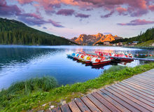 Bunter Sommersonnenaufgang auf dem See Misurina, in Italien-Alpen, Tre Lizenzfreies Stockbild