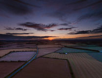 Bunter Sonnenaufgang über Ackerland Stockfotografie