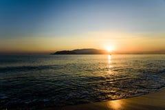 Bunter Sonnenaufgang über Meer und dem Strand mit klaren Himmeln in Vietnam stockbild