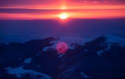 Bunter Sonnenaufgang in den Bergen stockfotografie