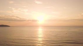 Bunter Sonnenaufgang der Vogelperspektive im Himmel über Meerwasser auf Sommerstrand Schöner Sonnenuntergang im goldenen Himmel u stock footage