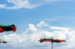 Bunter Sonnenschirm im blauen Himmel Lizenzfreie Stockbilder
