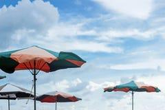 Bunter Sonnenschirm im blauen Himmel stockbild