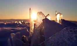 Bunter Sonnenuntergang über dem Kristalleis von Baikal See Stockfotos