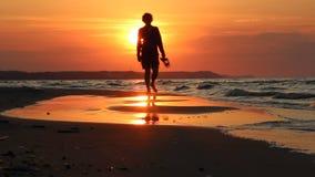 Bunter Sonnenuntergang über dem Meer stock video