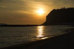 Bunter Sonnenuntergang über dem Meer Lizenzfreie Stockbilder