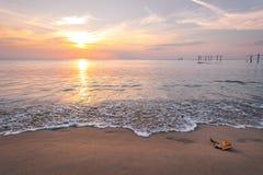 Bunter Sonnenuntergang über dem Meer Lizenzfreies Stockfoto