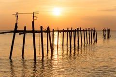 Bunter Sonnenuntergang über dem Meer Stockbilder