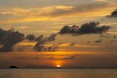 Bunter Sonnenuntergang über dem Meer Reisenkoffer mit Meerblick nach innen thailand stockbilder