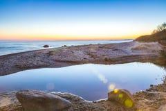 Bunter Sonnenuntergang über der See- und Flussreflexion Lizenzfreie Stockfotografie