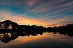 Bunter Sonnenuntergang über einem kleinen See in den Niederlanden stockfotos