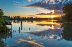 Bunter Sonnenuntergang über Fluss Lizenzfreie Stockbilder