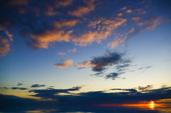 Bunter Sonnenuntergang über Ozean. Lizenzfreie Stockfotos