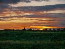 Bunter Sonnenuntergang über Riverbank Lizenzfreie Stockfotos