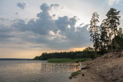 Bunter Sonnenuntergang auf dem See Lizenzfreie Stockfotografie
