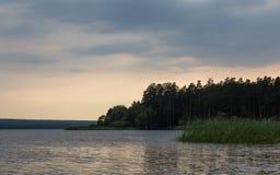 Bunter Sonnenuntergang auf dem See Lizenzfreies Stockbild