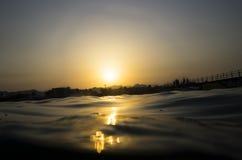 Bunter Sonnenuntergang auf der Küste Stockfoto