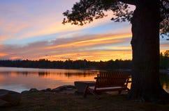 Bunter Sonnenuntergang auf See Stockfotografie