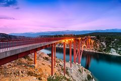 Bunter Sonnenuntergang ?ber Maslenica-Br?cke in Dalmatien, Kroatien lizenzfreie stockbilder