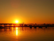 Bunter Sonnenuntergang an Brücke U Bein, Amarapura, Myanmar Lizenzfreies Stockbild